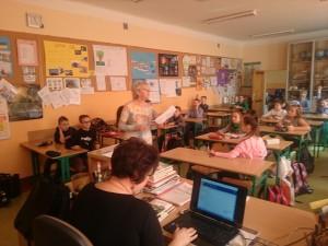 Kol. Halina Jaworska omawia z uczniami pytania z testu