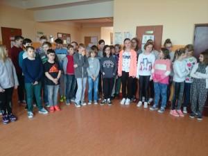 Uczniowie oczekujący na ogłoszenie wyników Konkursu